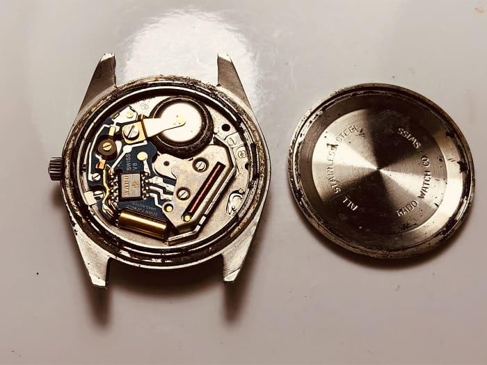 時計の裏蓋をあけた状態のもの