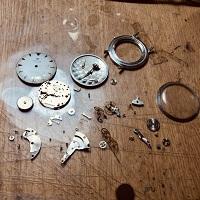 時計を分解している写真。修行先の時計店にて