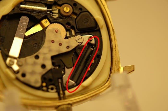 コイルが抜き取られている時計の写真