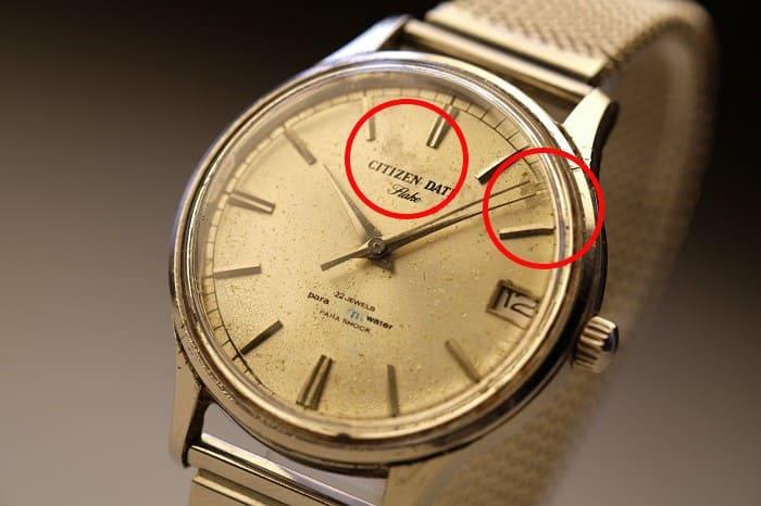 文字盤の汚れが目立つ時計の写真