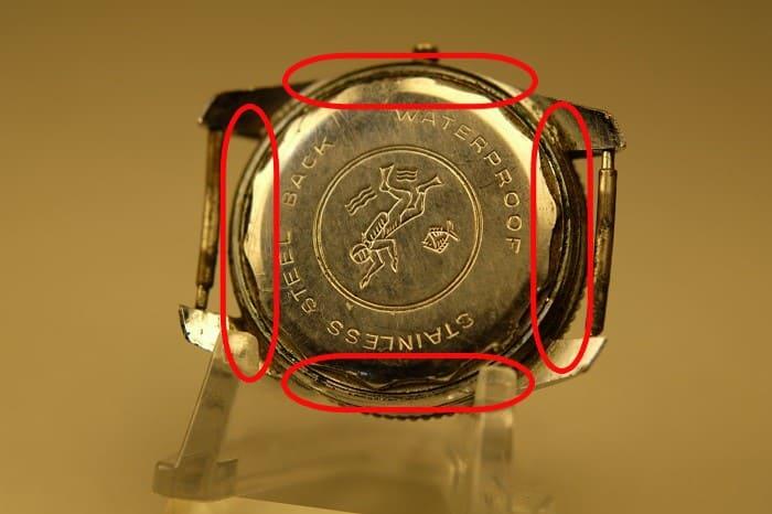 時計の裏蓋が傷んでいる写真