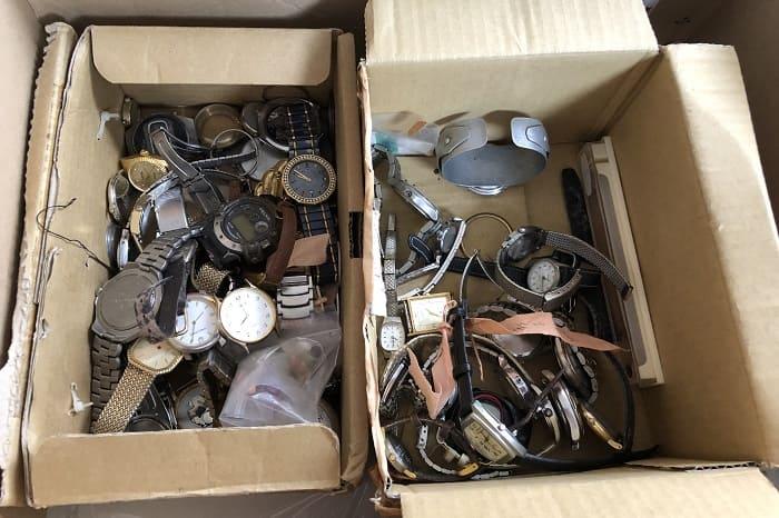 大量ジャンク時計がダンボールに詰め込まれている写真