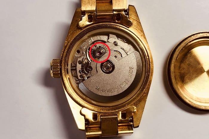 大量ジャンク時計に混じっていた時計の裏蓋を外した写真