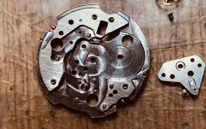 機械式ムーブメントの部品の画像