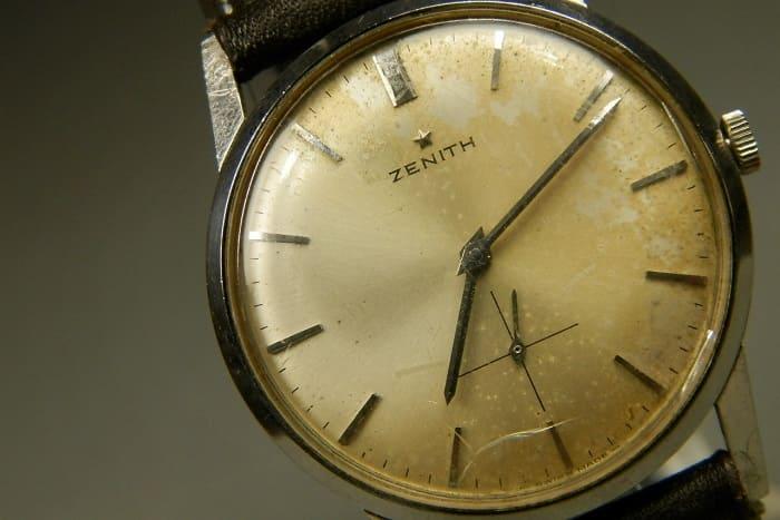 時計にダメージがある写真