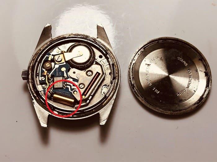 クオーツ時計の裏蓋を開けた画像