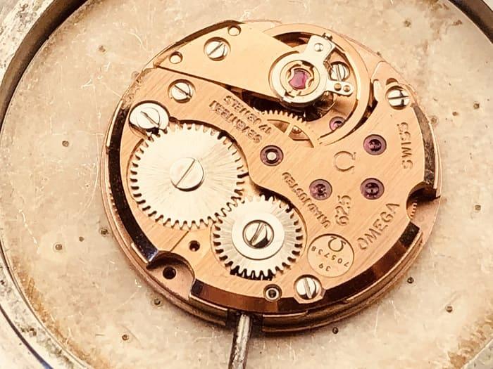 機械式時計のムーブメントの画像